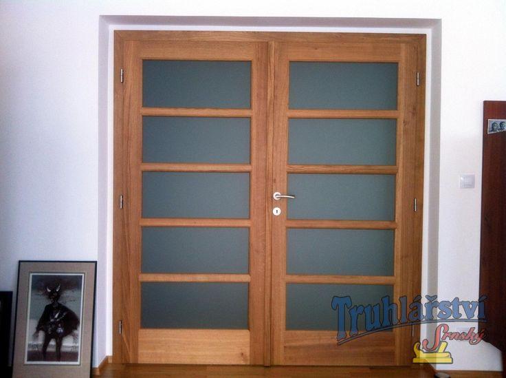 Dveře dvoukřídlé, dubové, nástřik transparetní lak, sklo conex mléčný.