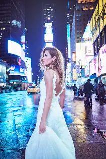 Чувственный образ Jennifer Grace в платье Prasiala на Таймс-сквер