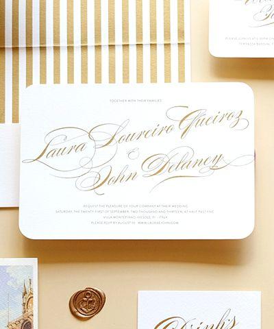 Convite de casamento clássico e bilíngue, para destination wedding, com tipografia contemporânea.