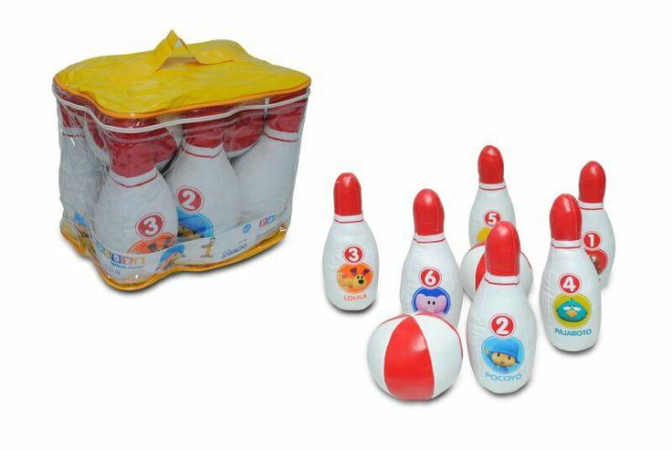 Set de bowling soft pocoyo, contiene 6 palitroques numerados con imagenes de los personajes y 2 pelotitas, liviano y fácil de transportar.