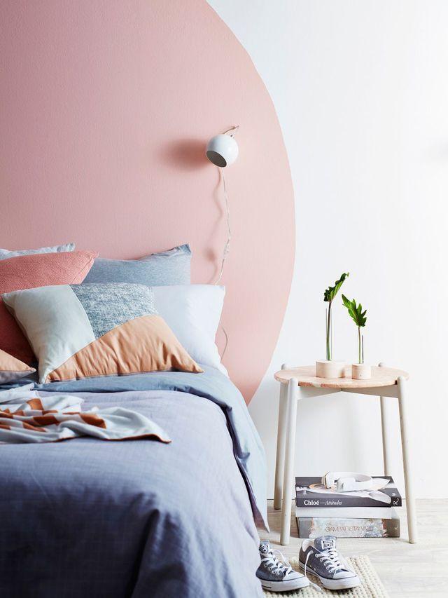 Originale, une tête de lit comme un gros rond rose poudré. De quoi faire de beaux rêves une fois la nuit tombée...