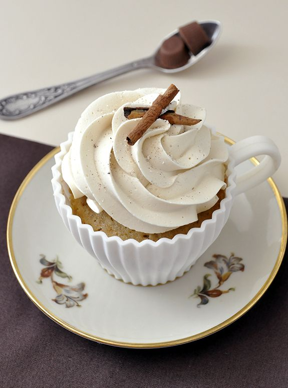 Vanilla Latte Cupcakes {in Portuguese} - beautifully photographed and decorated!