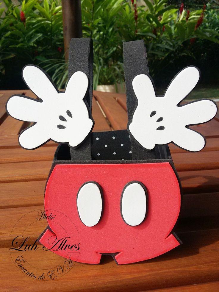 Enfeite de Mesa em e.v.a no formato de suspensório do Mickey. Pode ser usado como enfeite de mesa ou lembrancinha para os convidados saírem pulando de alegria \0/  Altura total: 17 cm  Altura sem alça: 8,8 cm  Largura: 8 cm  Comprimento: 10 cm
