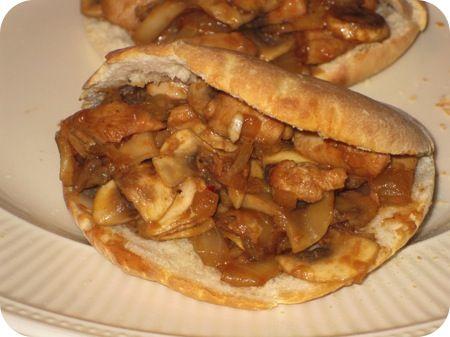 Op dit eetdagboek kookblog : Pitabroodjes met Kipfilet en Champignons - Ingrediënten: 4 pitabroodjes, 1 kipfilet, 2 eetlepels tomatenketchup, 2 eetlepels ketjap manis, 1 theelepel sambal, 1 teentje knoflook, 1 ui, 250 gram champignons, Aantal personen: 2 Marineer de 1 in blokjes gesneden kipfilet in een marinade van 2 eetlepels tomatenketchup, 2 eetlepels ketjap manis, 1 fijngehakt