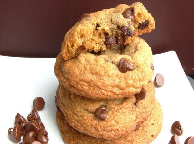 Αφράτα σπιτικά μπισκότα με βρώμη φυστικοβούτυρο και σταγόνες κουβερτούρας.