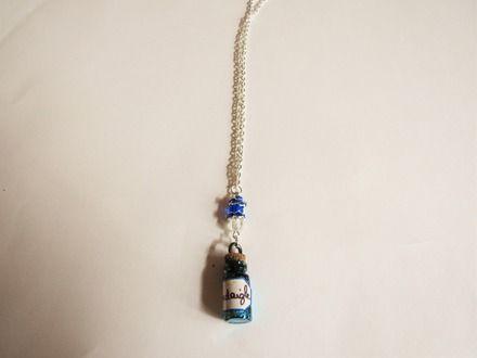 Collier sur l'univers d'Harry Potter - Maison Serdaigle. Disponible en deux exemplaire. Chaîne, fiole rempli de paillettes et d'aquarelle, mais aussi des perles. Couleurs bleues c - 18766115  #collier #bijoux #chaine #perle #argenté #noir #orange #fil #nylon #fermoir #occasion #anniversaire #fête #fete #mode #littlemarket #fantaisie #fleur #rose #bleu #violet #vert #dorée #harrypotter  #cuivré #fiole #multicolore #jaune #blanc #marron #potion #veritaserum #poudlard #gryffondor #serdaigle…