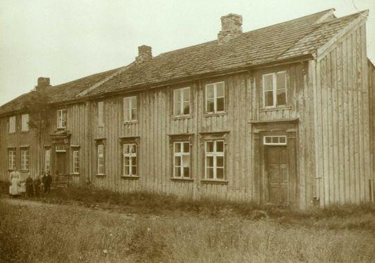 Den eldste delen av prestegården på Nærøya ble bygget ca 1650 og påbygd i 1750. Den eldste delen av prestegården ble fredet av riksantikvaren i 1923, men forfallet av gården gjorde sitt til at den måtte rives i 1993. Murene av prestegården står fortsatt like nedenfor kirka.