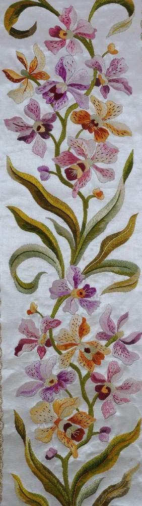 """Orchidées en """"peinture à l´aiguille"""". Détails de la chasuble aux orchidées provenant du second monastère de Marseille. Début XX ème"""