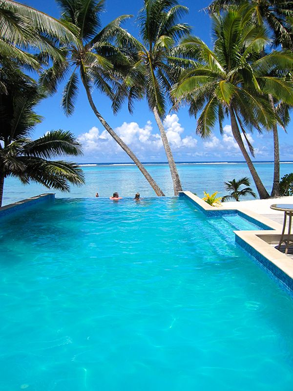 Cook Islands Honeymoon Heaven » Queensland Brides | Relaxing in this pool = bliss. Can we go there?