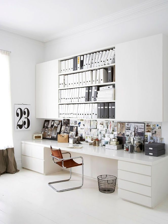 Home Office avec des meubles blancs  grand bureau