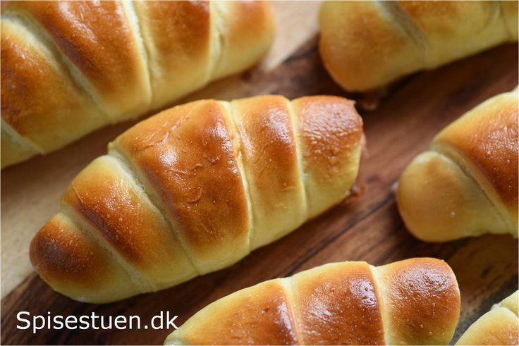 Bløde pølsehorn uden fuldkornsmel ;-) – både i den traditionelle udformning og en lidt anderledes slags :-) Et hyggeligt indslag i madpakken eller på frokostbordet :-) Hvis du gerne vil have …