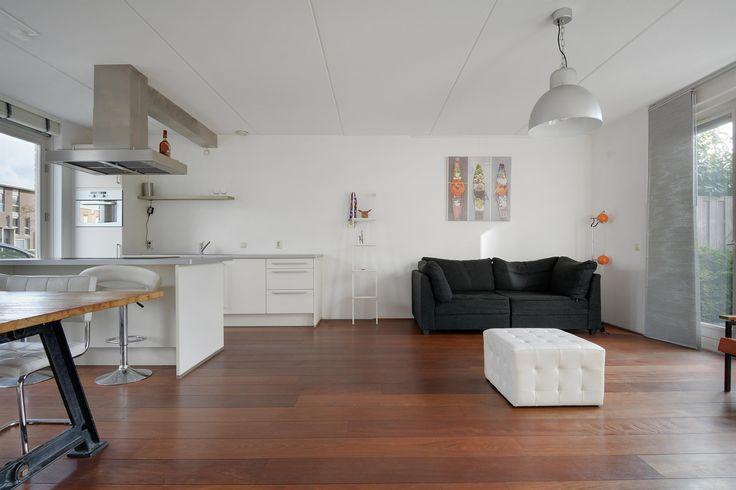 Te koop: Dek 35, Almere - Hoekstra & van Eck Makelaars. Deze woning staat in de populaire wijk Noorderplassen-West met veel water en groen. Het is hier heerlijk wonen in deze royale, moderne tussenwoning. Dit wordt binnen weer bevestigd, want hier ben je van alle gemakken voorzien; een fraaie moderne woonkeuken met kookeiland, een sfeervol ingerichte woonkamer, 3 uitstekende slaapkamers en een strak aangelegde tuin op het zuidwesten!