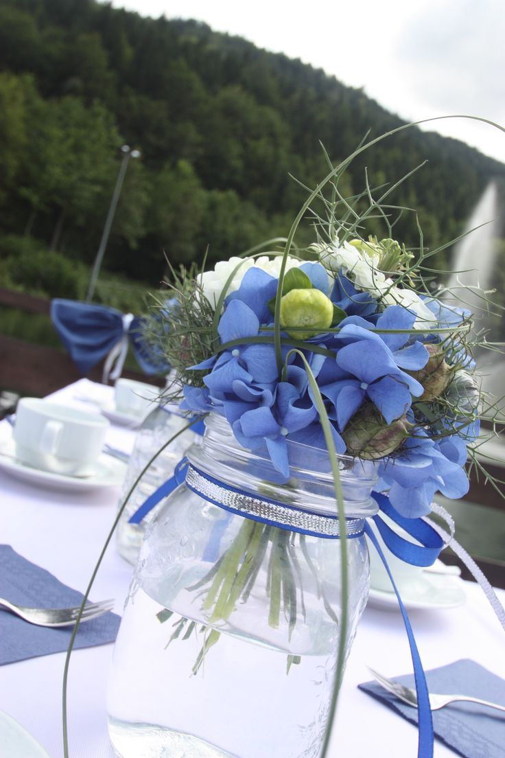 Tischdekoration zur Kaffeezeit, Weckgläser mit Blumen-Arrangements in Blau-Tönen - Heiraten im Seehaus am Riessersee, Garmisch-Partenkirchen, Bayern - Riessersee Hotel Resort - Wedding in Bavaria - Centerpiece in white, navy blue and lemon green