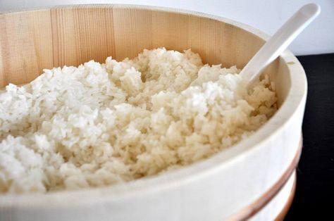 Goede sushirijst maken is een kunst! Hoewel veel mensen denken dat vis het belangrijkste ingrediënt is voor sushi, is dat feitelijk niet juist. Met de vulling kun je namelijk eindeloos variëren. De rijst is het