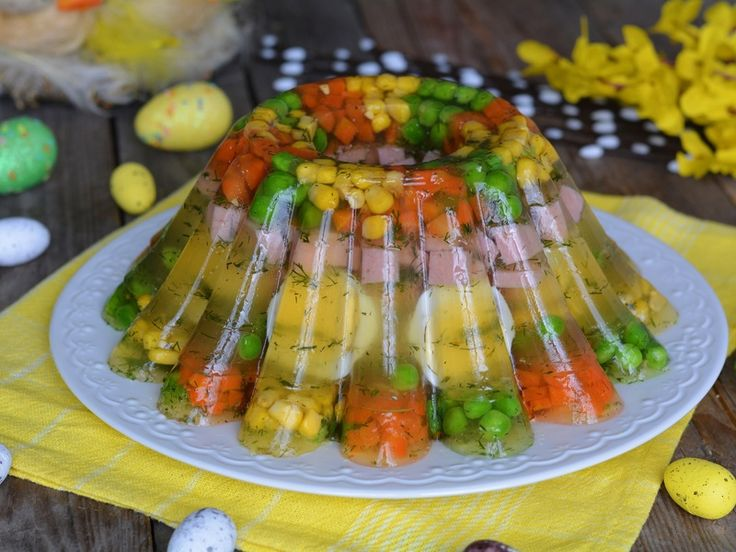 Wielkanocna babka z koperkową galaretą, jajkiem, szynką i warzywami - medium