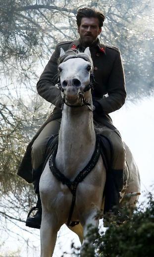 KARA SEVDA KIVANÇ TATLITUĞ FARAH ZEYNEP ABDULLAH Star TV'de yayınlanan tanıtımda, birbirlerine tutkuyla bağlı Seyit ve Şura'nın at üzerinde romantik anlarına yer verildi. Bu sahneler, önceki akşam sosyal medyada en çok konuşulan konulardan oldu.