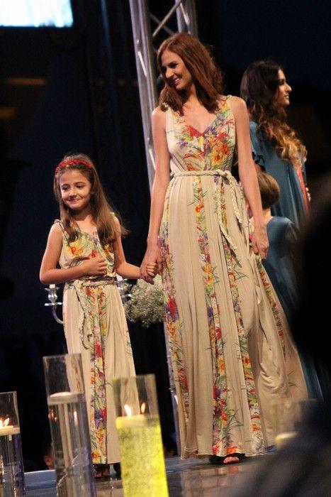 rochie lunga crem cu detaliu floral . Colectia Mama& Fiica & Sibiu Fashion Show
