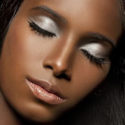 http://multiculturalbeauty.about.com/od/Makeup/ss/Special-Occasion-And-Party-Makeup-Featuring-Black-Opal_3.htm  #maquiagem #prata #pele #negra