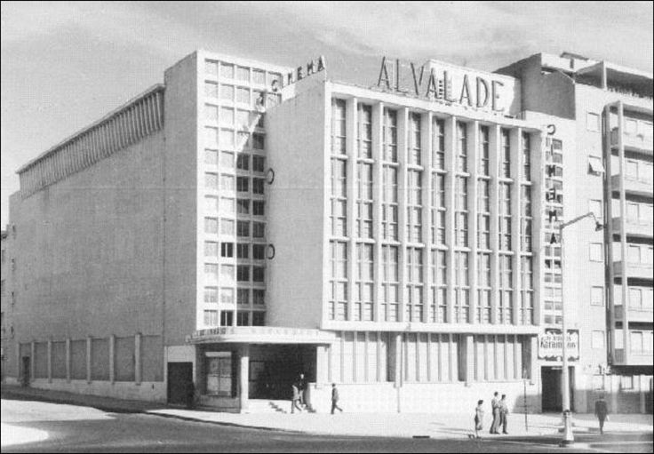 """Cinema Alvalade Dans les années 50/60, quand ma grand-mère m'amenait dans ce cinéma, on s'habillait pour l'occasion (et il y avait deux entractes ... on pouvait ainsi montrer sa """"belle"""" robe et ses noeuds dans les cheveux ...) autres temps, autres moeurs ..."""