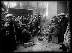 Gente calentándose mientras esperan la salida del Gordo de Navidad. Madrid 22 de diciembre de 1930, por el fotógrafo Luis Ramón Marín.
