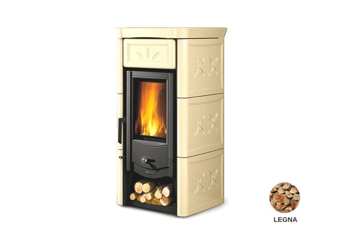 Stufa a legna con focolare in ghisa con sistema di post combustione. Rivestimento esterno in maiolica. Porta in ghisa smaltata. Vano portalegna.
