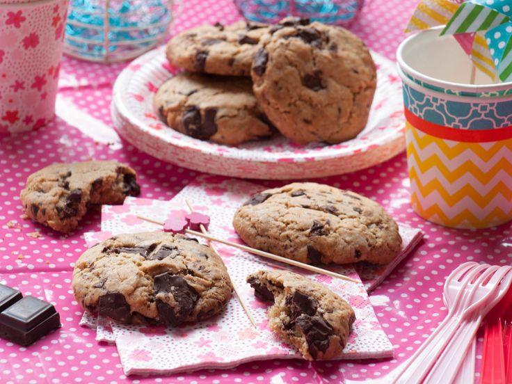 Après les muffinsvégétaliens, la recette de base, place aux cookies végétaliens, la recette de base ! Une recette «classique» de cookies contient généralement du beurre et au moins 1œuf Je vous montre ici que le beurre et l'oeuf ne sont...