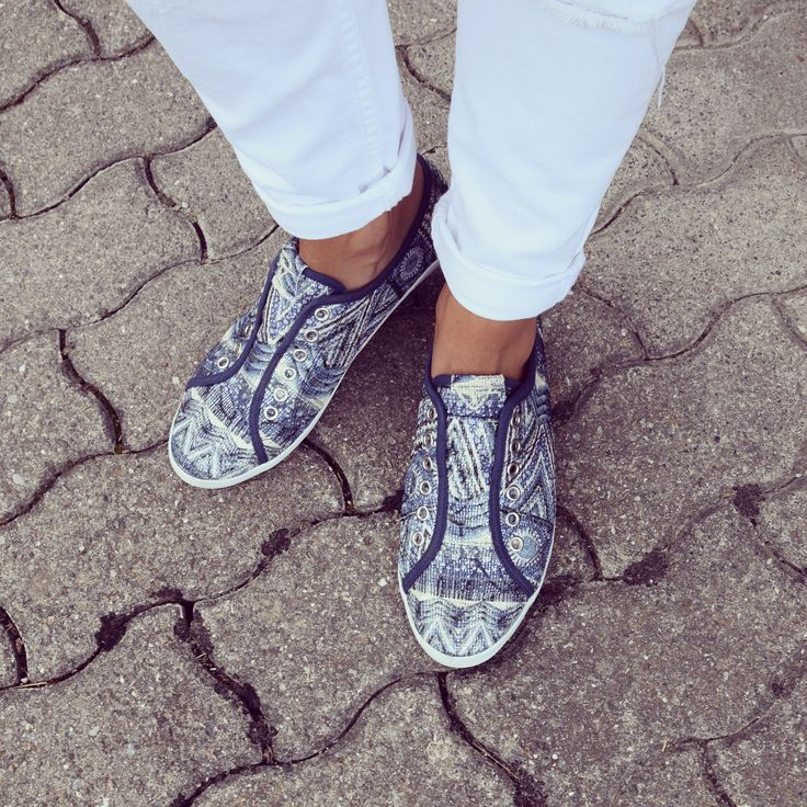 Style-Inspiration: bunte Stoffsneakers zu hellen Destroyed Jeans.