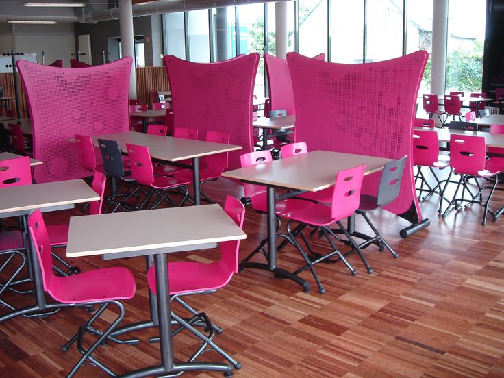 """Fabriqué par #MACMobilier en Bretagne Chaise appui sur table breveté """"Zoom""""  Tables à dégagement latéral  """"ISSY"""" plateau Claustras insonorisés """"CHUT...chut"""" motif  O'POPOP finition laqué nombreux coloris au choix"""