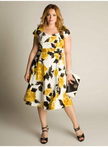 Expressivo e artístico, este vestido de algodão apresenta uma estampa floral  exuberante. O comprimento abaixo dos joelhos serve a uma infinidade de ocasiões.