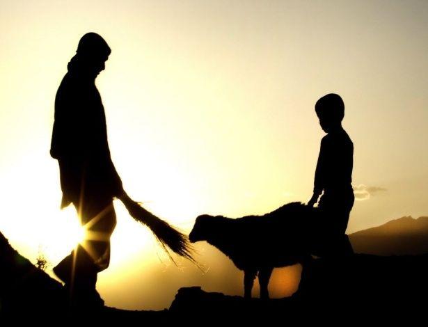 20150607 - astores afegãos alimentam uma cabra durante o pôr do sol na periferia de Cabul, capital do Afeganistão. Cerca de 75% da população afegã vive em áreas rurais  PICTURE: Hedayatullah Amid/EPA/EFE