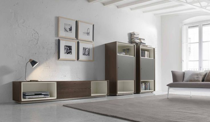 Composición de muebles modernos de diseño de la firma Loyra fabricado en madera. Una pieza moderna perfecta para aportar diseño a tu hogar. Además, si lo deseas pues jugar a a combinarlo con otras piezas de la misma colección. Consúltanos en nuestra tienda de muebles modernos y baratos en Madrid.