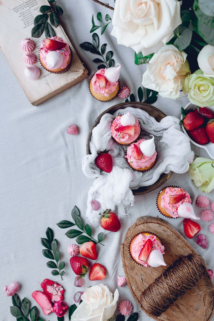 White Cupcakes with Pink Frosting and Strawberry + Meringue Kisses | Historias del Ciervo