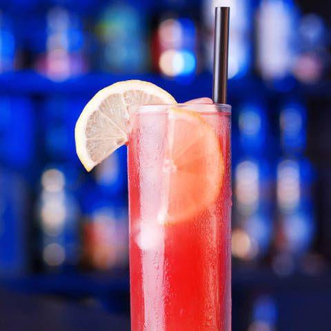 Коктейль Секс на Пляже. Коктейль на основе водки, персикового шнапса, апельсинового и клюквенного сока.