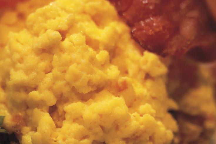 Cómo cocinar huevos revueltos en una olla de cocción lenta. Una olla de cocción lenta está diseñada para cocinar los alimentos a una temperatura baja durante largos períodos para que puedas crear una comida mientras hace otras cosas. Usa tu olla de cocción lenta para cocinar los huevos revueltos ...
