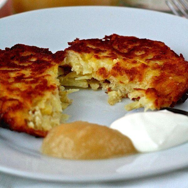 Les latkes sont des paillassons de pommes de terre servis avec de la compote de pomme et crème sure à l'occasion de la fête de Hanoucca.