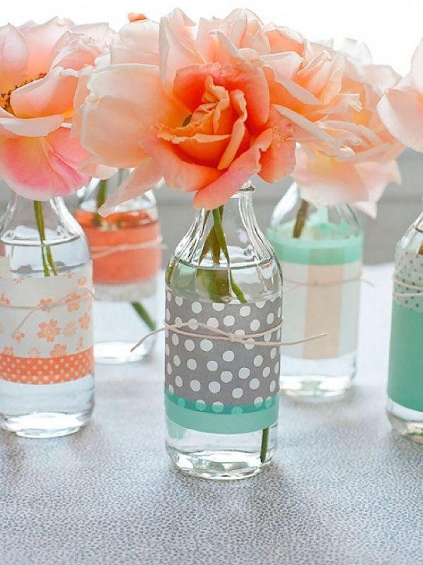 DECORA CON BOTELLAS Otra idea para hacer que los invitados recuerden tu boda por los detalles. Con esta forma de decorar con botellas recicladas y flores, lo harán seguro. Lo hemos visto en Vivir Creativamente.