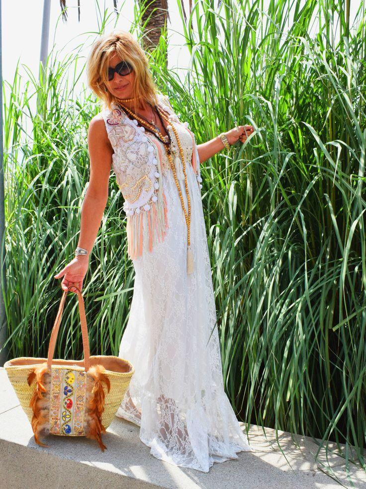 Vestido para mujer de tirante fino, estampado flores y blonda, con conchas cayentes, con tirantes fino de  estilo gipsy-chic. Con pompones en los tirantes y encaje y piedras en el escote, de estilo boho. Atuendo perfecto para zonas de playa de estilo casual boho-chic