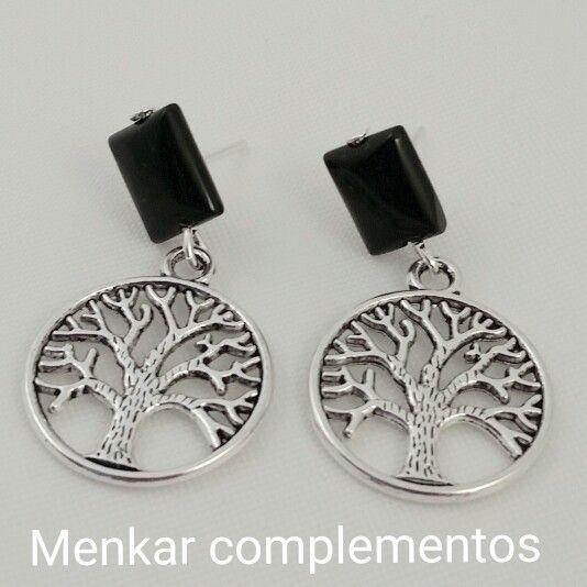 Pendientes con cierre de plata y piedra de onix rectangular pegada al lóbulo con charm árbol de la vida.