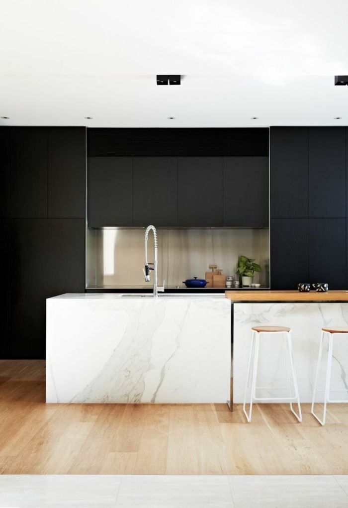moderne küche in weiß und schwarz - barstuhl aus holz