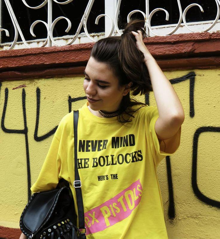 Look do dia. Streetstyle vestindo: camiseta de banda Sex Pistols, chocker e mochila de franjas. Estilo grunge punk anos 80 e anos 90. Morena, foto urbana em São Paulo. Look para blog de moda.