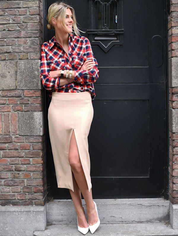 Sofie Valkiers usa saia com fenda e camisa xadrez e scarpin.