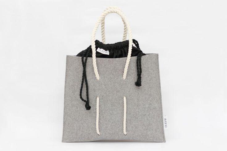 Šedo-čierny BUBAK Tento šedý BUBAK každého avšetko strči do vrecka. Obsahuje vyberateľné čierne futro takže sa dá variovať podľa Vašich potieb a nálady. Nazabudnite ho pri najbližšom výjazde na nákupy! BUBAKove tašky sú navrhnuté zvysokokvalitnej plsti vyrábanej zvlny Merino. Okrem vynikajúcich vlastností akými sú priedušnosť, pevnosť či tepelná izolácia ...