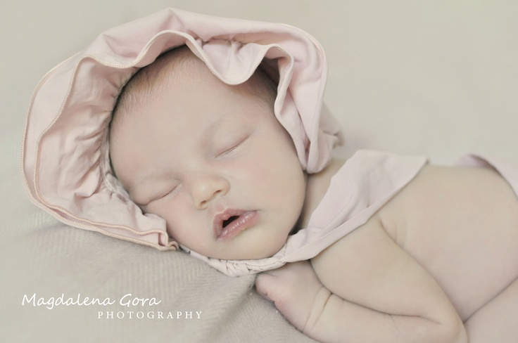 Newborn photo session with 7 days new baby girl.