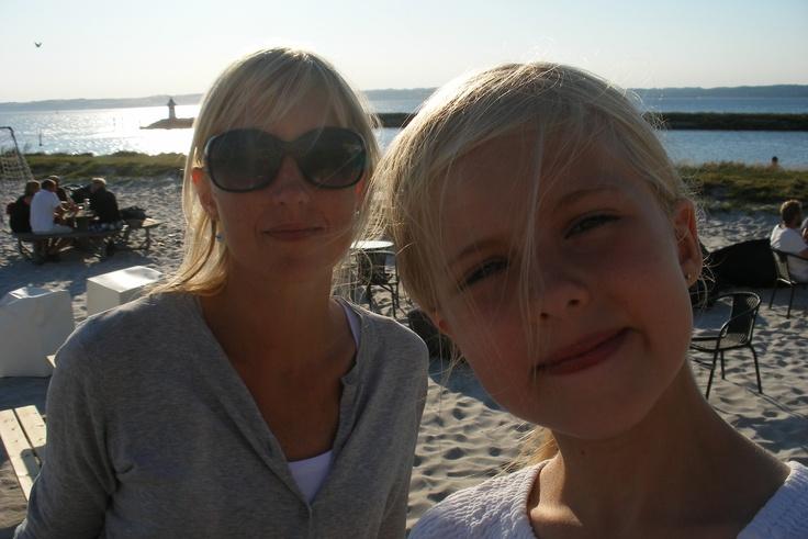 Min kæreste og min datter. Billede taget sommeren 2012 på Strandbaren i Ebeltoft