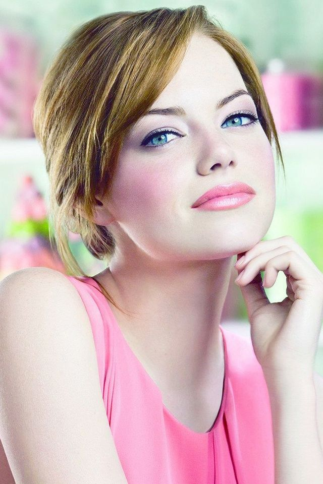 Emma Stone, She looks great as a blond too. And clearly pink works for her. Pretty in Pink!