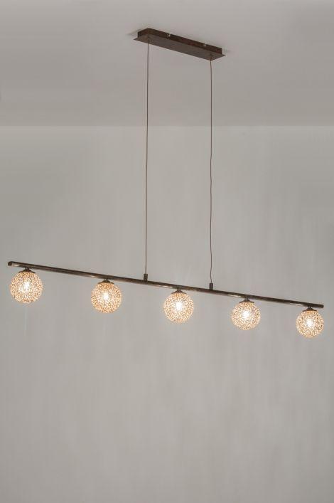 artikel 11485 Schitterende hanglamp in 'antiek brons' met vijf matte, goudkleurige bollen.https://www.rietveldlicht.nl/artikel/hanglamp-11485-klassiek-eigentijds_klassiek-landelijk-rustiek-brons_roest_bruin-brons-metaal