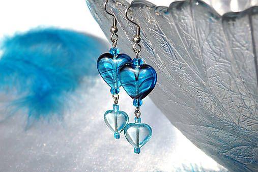 """Pre Teba - """"Srdcové kúsky modrého zNeba""""... :) Srdiečkové náušnice zmačkaného modrého priezračného skla, vtvare jemne zaoblených srdiečok – vdvoch veľkostiach, sýta modrá sozáhadným tm..."""