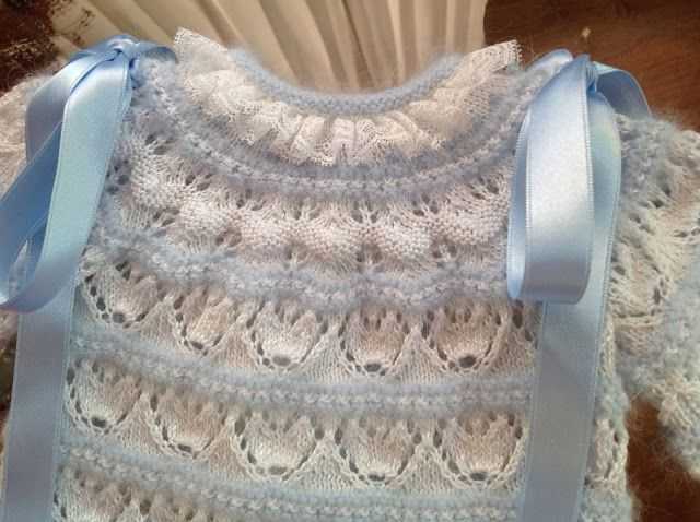 Free Tutorial in Spanish for this baby sweater with lace hearts, precise and full of details and photos ~~ En lana, perle y angora para bebe, by Maribi Oraa
