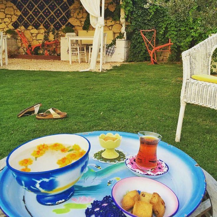Terlikleri fırlatıp, yalınayak bahçede salınmak isteyenler...Bir de güzel demlenmiş çay ve kurabiye. Haydi evrene pozitif enerji ver, gel!  Burası @kesreotel_alacati 'nın bahçesi🌿☺️ Kışın da açık! www.kucukoteller.com.tr/kesre-otel 2 kişi 197 TL civarı.  #kesreotel #teatime #kesrebahce #boutiquehotel #cookies #enamel #escape #relax #mygarden #kitchendesign #vintage #kucukotellerkitabi #aniyakala #alacati #freshair