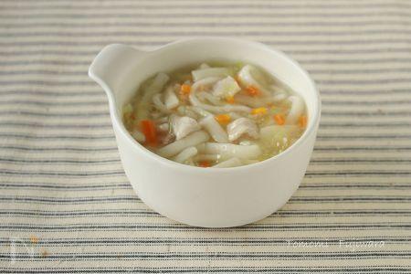 離乳食のおすすめ食材「うどん」。  乾麺とゆでめんでは扱い方が異なります。  後期~完了期食、肉・野菜も加えて、具だくさんなうどんを作ります。